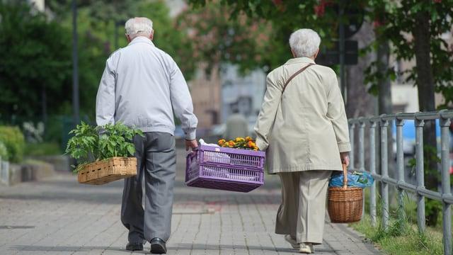 Seniors che portan a chasa lur cumpras.