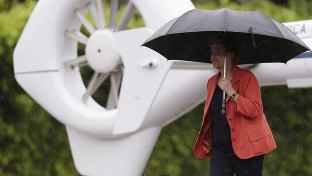 Rousseff mit Regenschirm