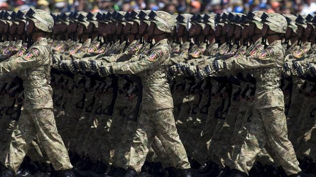 Chinesische Soldaten marschieren an einer Parade.