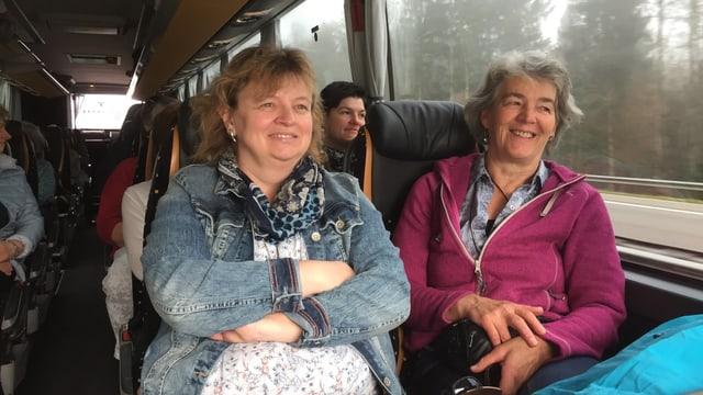 Zwei Passagierinnen im Bus