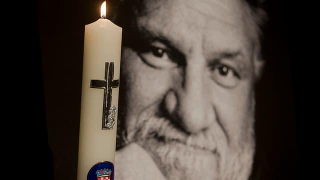 Foto von Praljak und eine brennende Kerze.