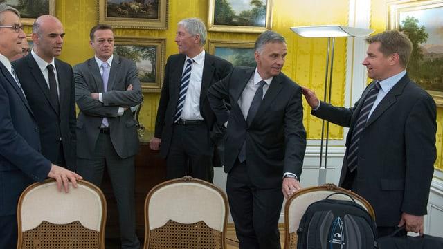 Urs Schwaller (CVP), Alain Berset (SP), Martin Landolt (BDP), Hansjürg Hassler (BDP), Bundespräsident Didier Burkhalter (FDP), Toni Brunner (SVP, vl.l.n.r.)