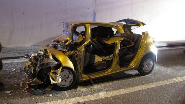 Ein durch ein Unfall zerstörter Kleinwagen.