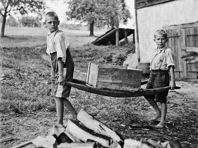 Schwarzweiss Aufnahme, arbeitende Kinder.