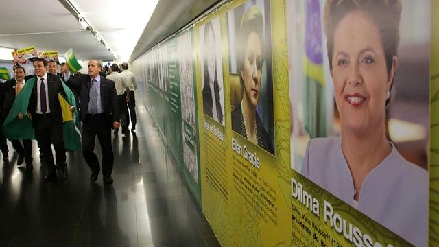 Ina placat da Rousseff - dasper ina manifestaziun cunter Rousseff