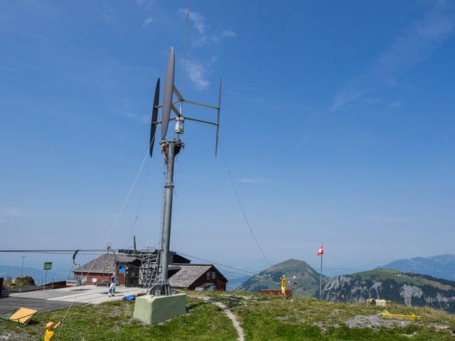 Windturbine auf einem Berggipfel.