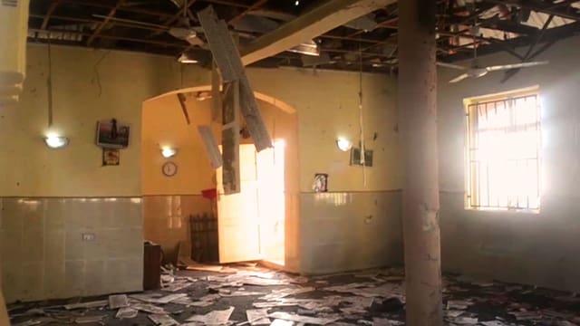 Raum mit zerstörter Decke und Schutt am Boden