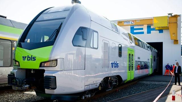 Das Roll-out des neuen Doppelstöckers «KISS» am 20. März 2012 aus dem Inbetriebsetzungszentrumin Erlen (TG).