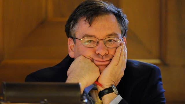 Stadtrat Martin Vollenwyder stützt den Kopf in beide Hände.