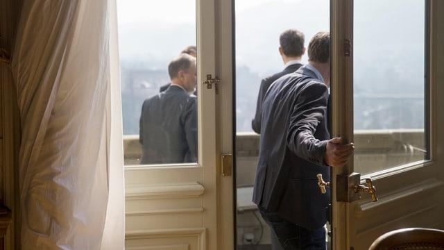 Männer auf Balkon bei der Wandelhalle im Bundeshaus.