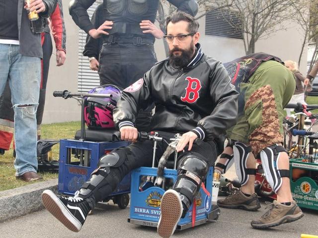 Andi Rohrer sitzt auf einer motorisierten Bierkiste.
