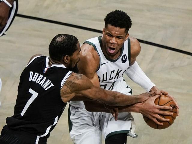 Brooklyns Kevin Durant gegen Milwaukees Giannis Antetokounmpo.