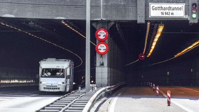 Ein Wohnwagen fährt aus dem Gotthard-Tunnel raus.