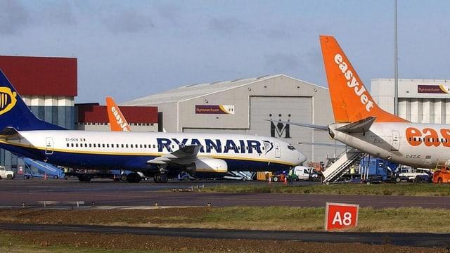 Bei Ryanair bezahlt inzwischen die Hälfte der Passagiere für die Sitzplatzwahl. Die Billiggesellschften Easyjet (2,3 Milliarden Dollar) und Ryanair (1,3 Milliarden Dollar) besetzten in den Top-Ten der passagiergebundenen Nebeneinnahmen je einen Platz.