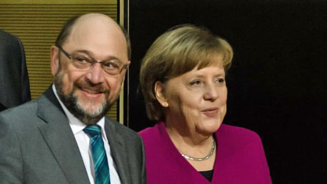 Schulz und Merkel stehen lächelnd nebeneinander.