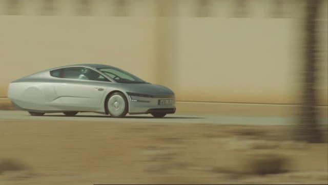 Das silberfarbene 1-Liter-Auto fährt durch Wüstengebiet.