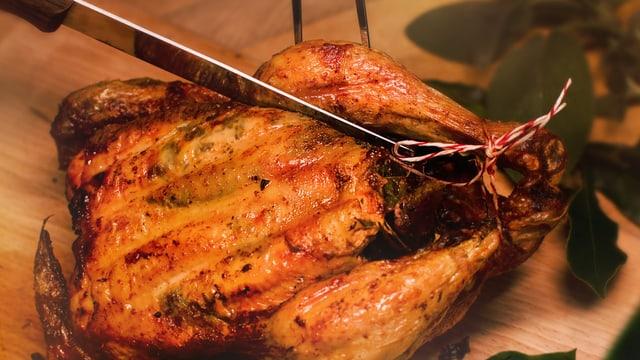 Bei einem Poulet werden die Schenkel auf beiden Seiten vom Rumpf geschnitten.