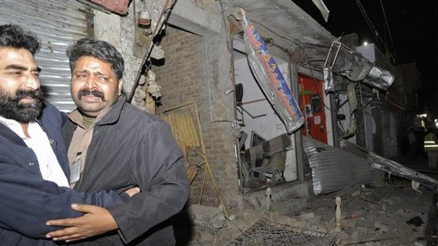 Trauernde Angehörige nach der Bombenexplosion in Rawalpindi. (Keystone)