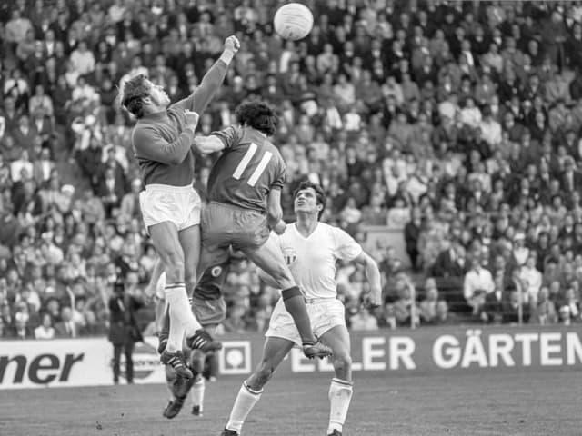 Karl Grob dat cun ses pugn sin la balla e vegn uschia da defender il gol.