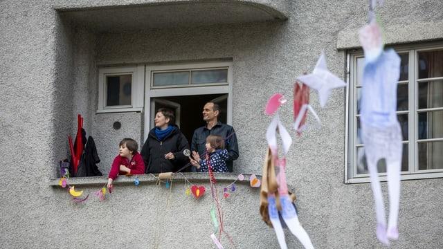 Familie auf Balkon