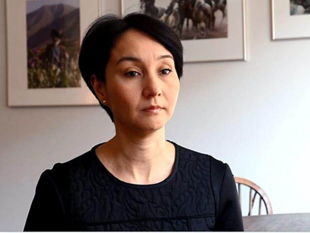 Galima Bukharbaeva sitzt in einem Wohnzimmer.