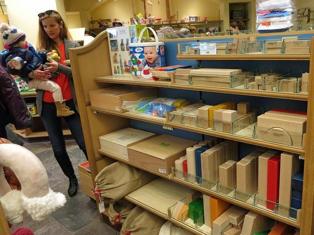 Regal mit Holzklötzen im Spielzeugladen Pastorini