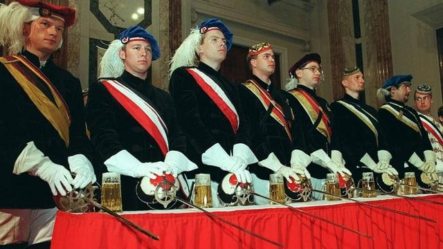 Mitglieder von Burschenschaften verfolgen 1998 in der Wiener Hofburg eine des FPÖ-Landesobmanns Hilmer Kabas.