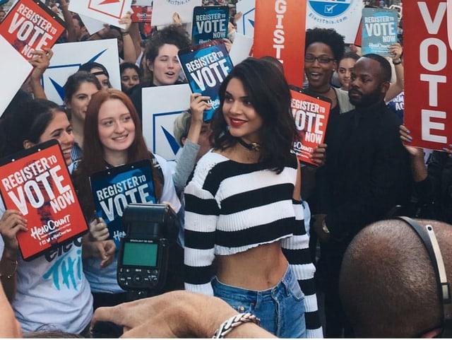 Jenner mit kurzem Top in Menge