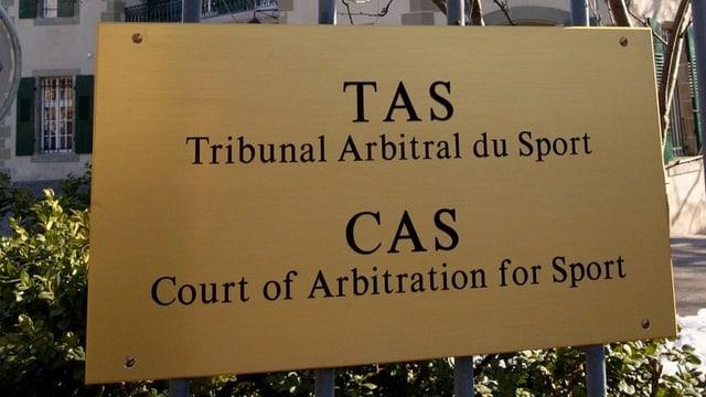 La tabla avant l'entrada dal Tribunal internaziunal dal sport.
