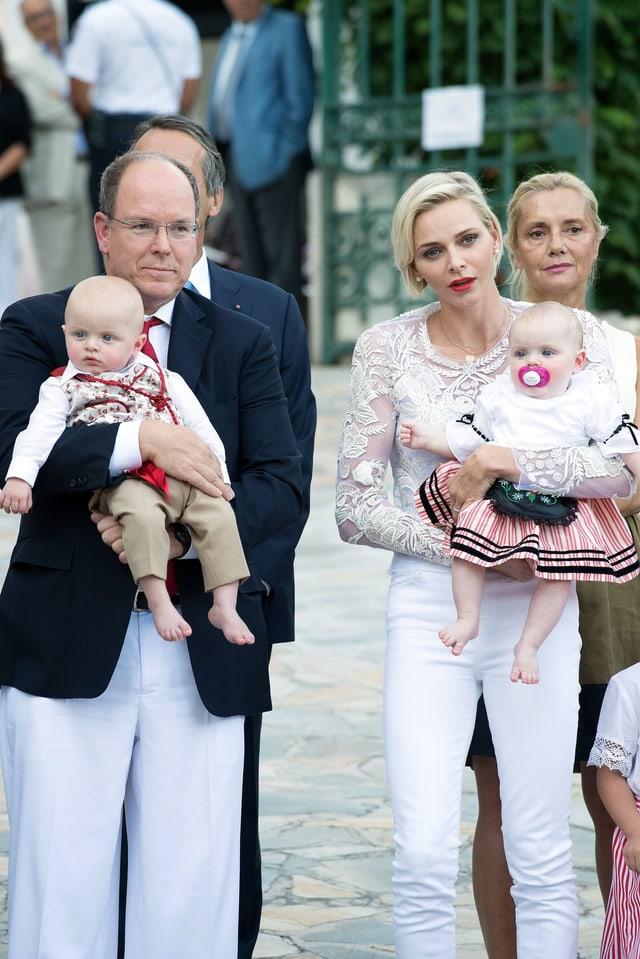 Das Fürstenpaar hält seine Kinder auf dem Arm.