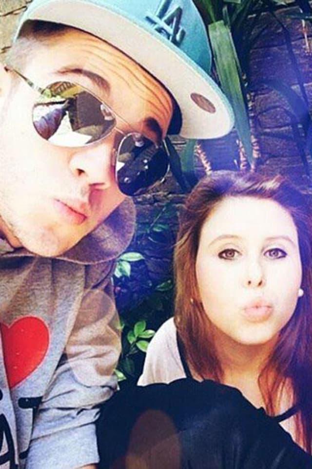 Luca Hänni und seine Freundin Kussmünder machend.
