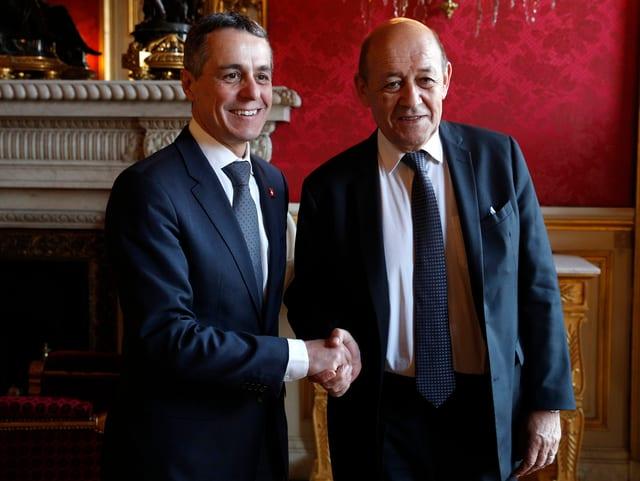 Ignazio Cassis und sein Amtskollege Jean-Yves le Drian beim Handshake in Paris.