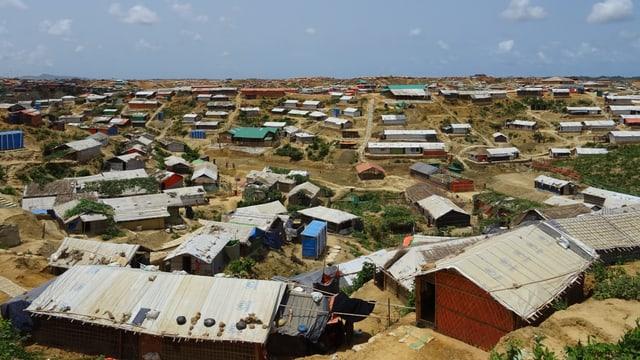 Zahlreiche Wellblech-Hütten in einem Flüchtlingslager