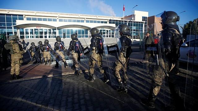 Türkische Soldaten in Vollmontur vor dem Gerichtsgebäude.