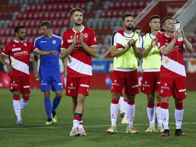 Spieler des FC Thun klatschen nach dem Spiel.