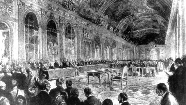 Prunkvoller Saal mit vielen Menschen, in der Mitte ein Tisch