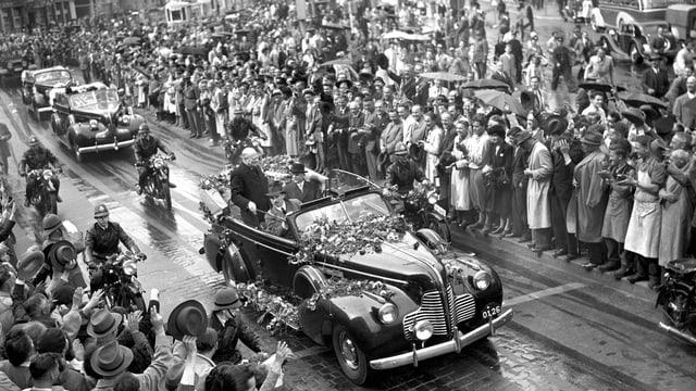 Offenes Auto mit Churchill auf Strasse, gesäumt von Menschenmengen
