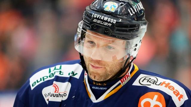 Aaron Gagnon fährt über das Eis.