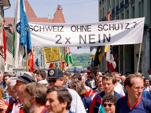 Demonstranten vor einem Banner.