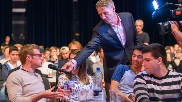 Holt Stimmen der jungen Gäste ein: Moderator Franz Fischlin beim ersten «Hallo SRF! Medienforum» im September 2019.