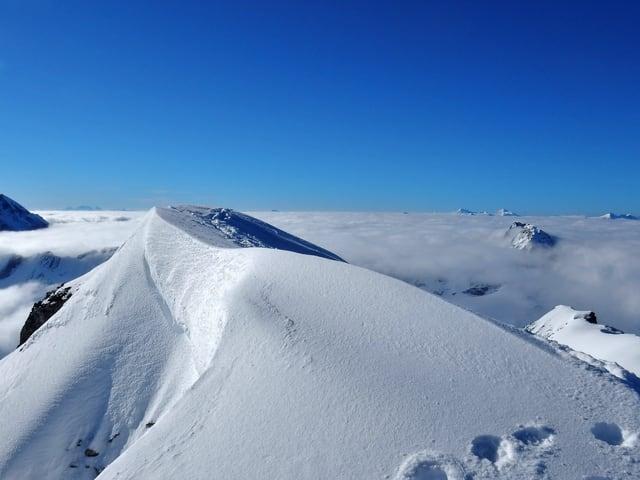 Blauer Himmel, Schneeberge.
