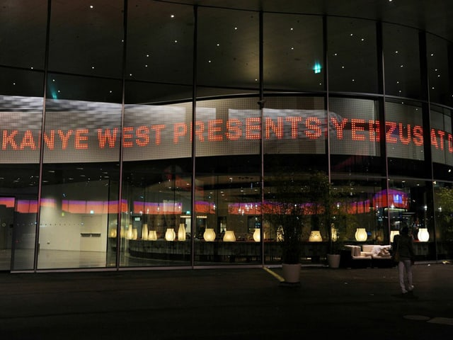 Fassade an der Art Basel mit Leuchtschrift: «Kanye West presents Yeezus.»