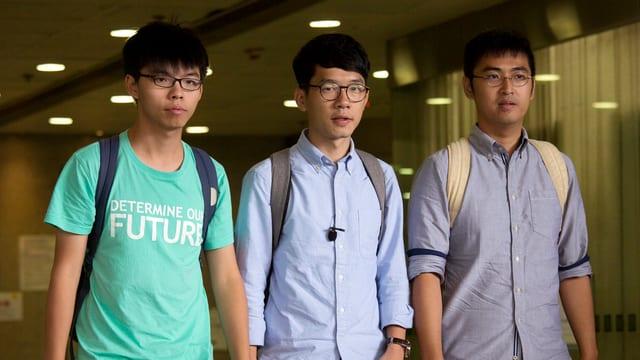 Joshua Wong, Nathan Law und Alex Chow verlassen das Gerichtsgebäude.