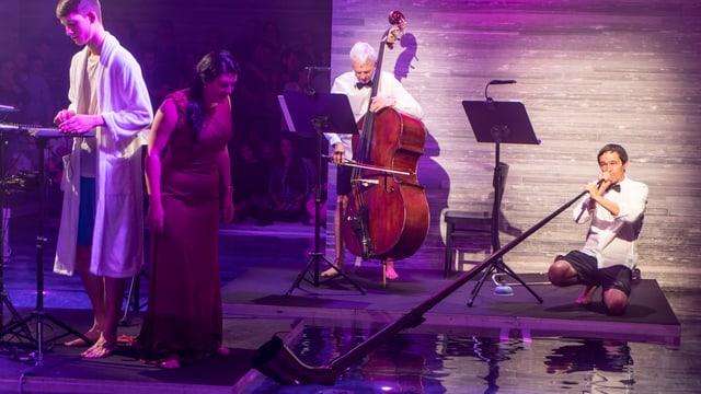 Ils musicists e lur instruments a l'ur da l'aua.