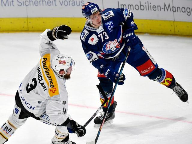 Zweikampf zwischen einem Lugano- und einem ZSC-Spieler.