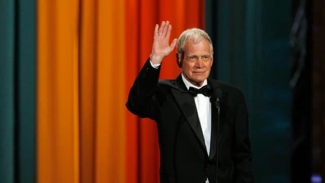 David Letterman im Anzug winkt auf Bühne