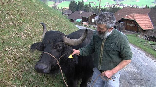 Video «Anders als die Väter -Schweizer Bauern setzen auf exotische Tiere» abspielen