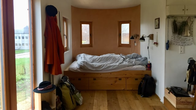 Blick in die Schlafecke eines kleines Holzhauses