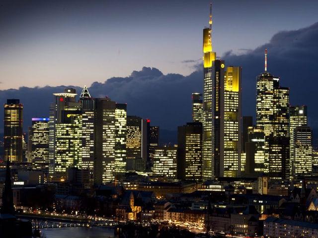 Frankfurter Skyline, erleuchtete Wolkenkratzer.