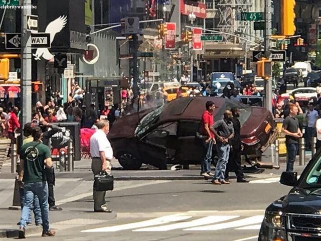 Das Auto kam auf einer Verkehrsinsel zum Stillstand.